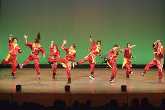 1-08.ヒップホップ(RIKI)| 光る棒など、アイテムも工夫して舞台作品としても見ごたえのあるナンバーでした。迫力のあるダンスでカッコいい!