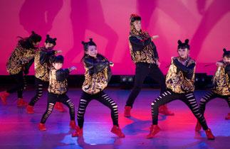 2-05.はじめてヒップホップ(MAI)|一糸乱れぬダイナミックなダンス!衣装も髪型もお揃いな感じがまたいい!
