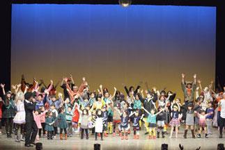 休憩|子育てサロン。月1回未就園児が集まって踊ったり遊んだりしています。柿沼しのぶ先生と一緒にダンス! そして、 みんなで踊ろうのコーナーは、 おなじみのお客さん参加コーナー。ワンサカ舞台に乗ってくれてカンゲキ!会場全体で盛り上がりました!