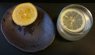 スライスレモンを浮かべる