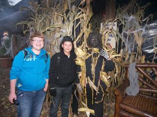 """""""Creepy Corn"""" bespielt von Darstellern mit Mais-Tarnanzug"""