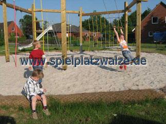Spielplatzwalzen auf einem Kinderspielplatz
