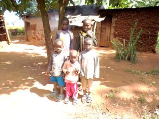 Emmanuel (rechts hinten) mit seinen 4 jüngsten Geschwister vor dem Lehmhaus in welchem sie einen Raum bewohnen.