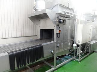 洗浄室写真2‐洗浄機MYSET-C1300 福井県初導入!洗浄しながら120度の熱風で乾燥と同時に殺菌をしてくれるので、清潔なお弁当箱が保たれます。