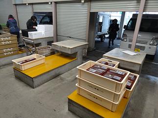 配送室写真3_トラックへの積み込み作業