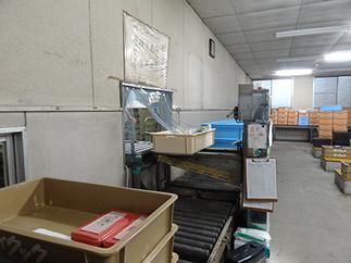配送室写真2_盛り付け室から直接配送室にお弁当が送られる