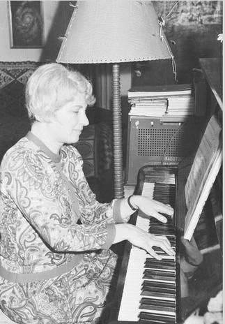 1969. BLAGA AU PIANO.