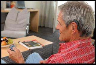 Foto: Mann mit elektronischem Hörgerät der Firma Med-El