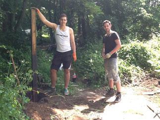 Oliver und Maurice setzen die Pfähle für das Eingangsschild