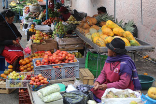 Marché typique aux fruits et légumes