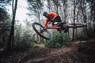Ein e-MTB Fahrer auf dem Trail mit einem top e-Mountainbike