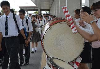 大阪府の私立高校、関西大倉高校の生徒600人が来島した=7日、南ぬ島石垣空港