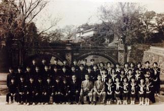 昭和40年秋、白鷺中学3年1組卒業旅行の際、皇居にて記念撮影。強烈な高倉健ファンだった俺は、この時「はとバス」の中で、昭和残侠伝の主題歌・唐獅子牡丹を唄った。映画の封切りは、昭和40年10月1日。俺たちは翌年の昭和41年春に卒業した。
