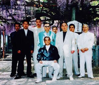 中央で座っている古川真澄の後ろでサングラスを掛けて写っているのは竹垣悟ぐらいのものだろう。私は小山元啓(左から2人目)に、親分(古川真澄)が嫌いなものがサングラスと髭顔だと聞いていた。左から3人目が初代古川組の事務局長だった新井孝寿で、右から3人目が姫路戦争で懲役12年を務めた竹中組出身の初代古川組舎弟だった小島大助である。因みに中央後ろの髭顔の男は、当時私の若い者だった男だ。