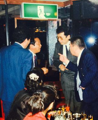 昭和の終わり頃、加茂田重政に韓国のチング(友達)だと紹介された竹垣悟。