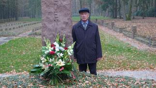 Erst nach 66 Jahren erfuhr Zaudin Zhanokow das sein Vater in einem Massengrab in Sandbostel ruht. Er hat die 3.200 Kilometer lange Reise aus dem Nordkaukasus auf sich genommen um endlich am Grab seines Vaters zu trauern. Foto: J. Binner, 9.11.2011
