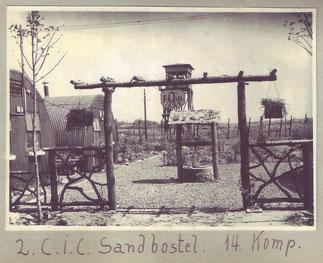 """Von Internierten der """"14. Kompanie"""" gestalteter Lagerbereich. Foto: unbekannt, nicht datiert. Privatbesitz"""