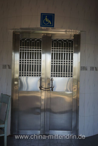 """Ich fragte einmal, was ein Rollstuhlfahrer machen müsste, um diese Toilette benützen zu können. Die Antwort des Putzmannes: """"Sie fahren keinen Rollstuhl. Sie können das normale Klo benützen."""""""