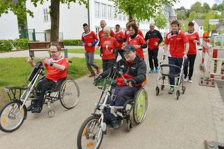 Läuferinnen und Läufer mit und ohne Handicap.