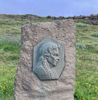 Rilievo in memoria di Sigríður Tómasdóttir. Gullfoss.