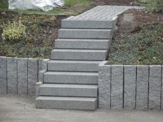 Gartenweg mit Treppe