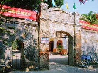 Son La bietet einige Hotels und wartet mit einem Museum auf. Dieses beherbergt Ausstellungsstücke zu den in diesem Gebiet beheimateten Volksgruppen und einige archäologische Funde. Errichtet wurde das Museum auf dem Gelände des ehemaligen Gefängnisses von