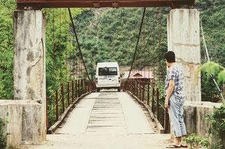 Brückenkonstruktionen-Haengebruecke-lässt-Herz-höher-schlagen