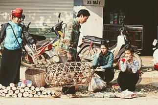 Markttreiben in der Kleinstadt Thuan Chau auf der Strecke von Son La nach Dien Bien Phu; Reisebericht einer Rundreise durch den Norden Vietnams