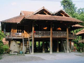 Stelzenhäuser-entlang-der-Reiseroute-von-Son La-nach-Dien Bien Phu-Nha San-traditionellens-Wohnhaus-der-ethnischen-Minderheiten