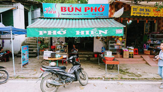 Eine Garküche an der Straße. Hier gibt es Bun und Pho (Reisnudeln) mit Vit (Ente).