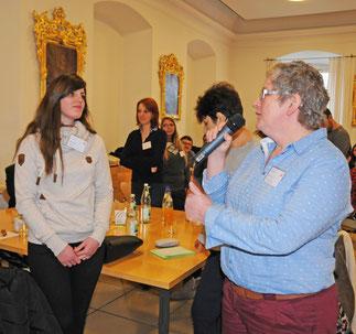 Der Leiterin des Caritas-Seniorenheimes Dietfurt, Andrea Götz (rechts), im Gespräch mit einer Auszubildenden über den Altenpflegeberuf. (Foto:Caritas/Esser)