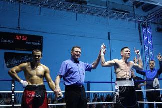 En catégorie PRO, Julien Sossai (67kg) du ROC (à droite) bat Alexandre Destang (67kg) d'Orléans par KO à la deuxième reprise.
