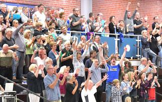 """Die Fans verwandelten die VLG-Halle im letzten Viertel in eine """"VLG-Hölle"""". Bei Ertönen der Schlusssirene war der Jubel entsprechend groß. (Foto: Elsen)"""