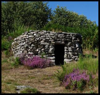 Une des loges de berger près de la table d'orientation, Puy des Roches