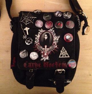 Eine typische Gohictasche mit vielen Buttons