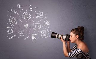 Junge Frau beim kreativen Fotografieren