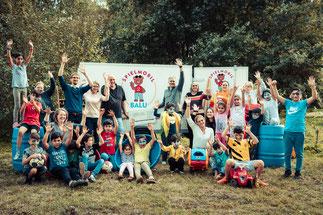 SJR-Vertreter nehmen den Scheck entgegen – mit dabei sind Crane-Mitarbeiter, Kollegen der Stadtjugendpflege Buxtehude und Kinder der Flüchtlingsunterkunft Heitmannshausen - Fotos: Florian Nielsen
