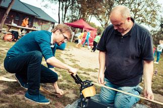 Crane-Mitarbeiter Martin Ratering (li.) und Spielmobil-Leiter Jörg Blanke beim Aufbau der neuen mobilen Slackline