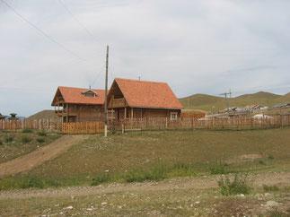 赤い屋根のログハウス風の家(ウランバートル郊外)