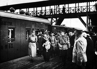 Посещение великой княгиней Марией Павловной и великим князем Андреем Владимировичем военно-санитарного поезда