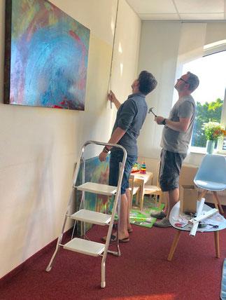 Kevin Wernecke und Thomas Hörger platzieren Kunst in der neuen Praxis