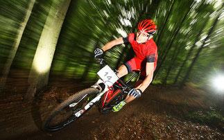Torsten Marx fliegt durch den Wald ©Kreidler Werksteam