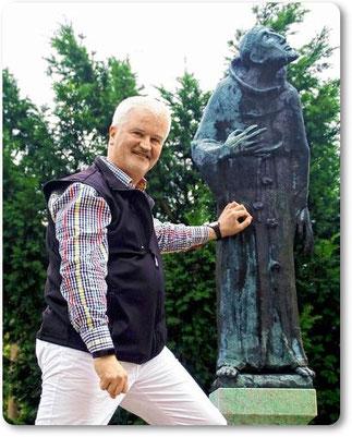 P. Christoph neben der Statue des Hl. Franziskus