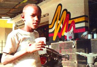 junger Mann mit Caffee to go