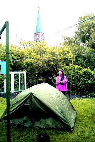 unser Zeltplatz im Vorgarten der Familie Hansen