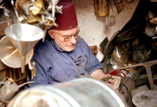 ein Metall-Handwerker der noch einen Fes aus roten Filz trug