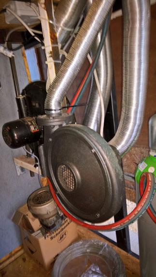 3 Ventilatoren sind für die Zuluft der zwei Schmiedeessen verantwortlich