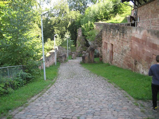 Der vor einigen Jahren freigelegt , ursprüngliche Burgeingang mit den zwei Toren