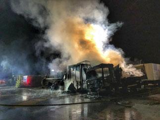 Foto: Feuerwehr Gelsenkichen. - Mit einem massiven Löschangriff konnten die Flammen unter Kontrolle gebracht werden