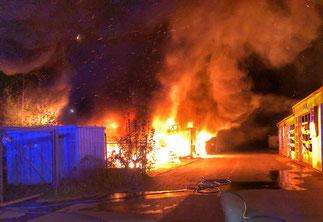 Foto: Feuerwehr Gelsenkirchen - Die Flammen drohten auf eine angrenzende Halle überzugreifen